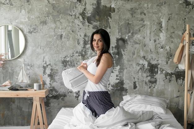 Vista frontal mulher segurando travesseiro