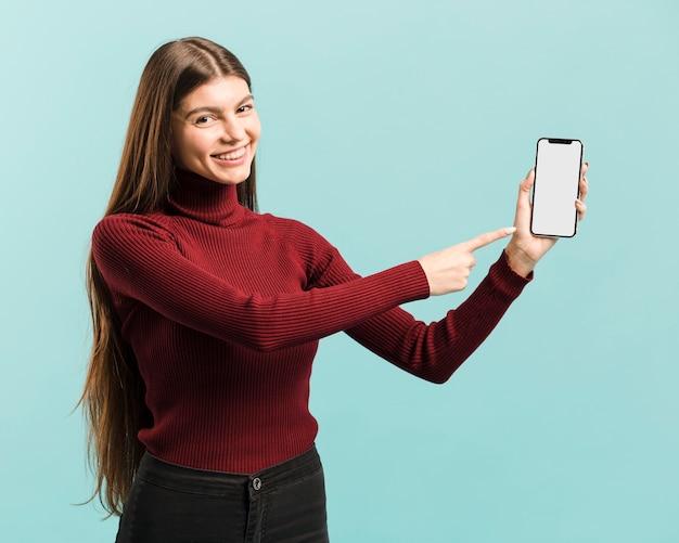 Vista frontal mulher segurando um smartphone