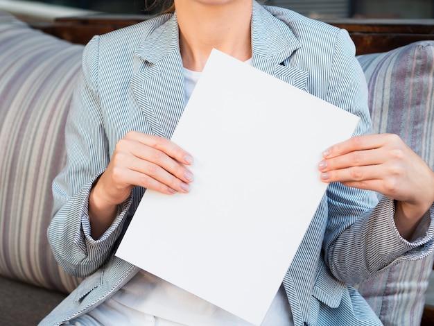 Vista frontal mulher segurando uma revista de maquete