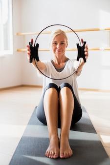 Vista frontal mulher sênior exercitando