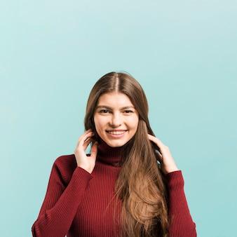 Vista frontal mulher sorridente no estúdio