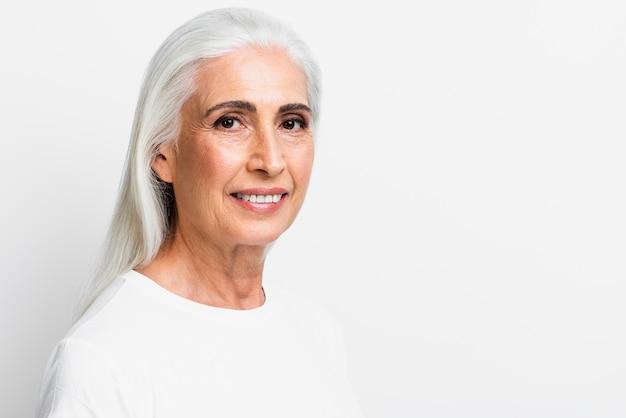 Vista frontal mulher sorrindo para a câmera