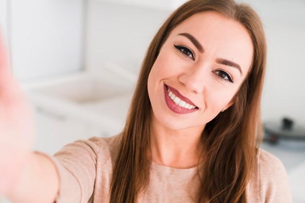 Vista frontal mulher tirando uma foto auto