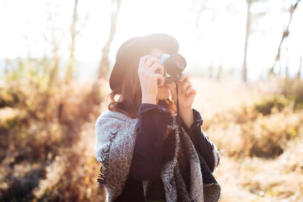 Vista frontal mulher tirando uma foto