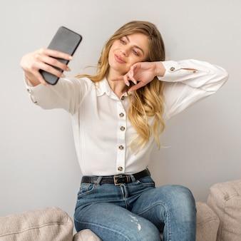 Vista frontal mulher tomando selfie