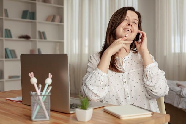 Vista frontal mulher trabalhando em casa