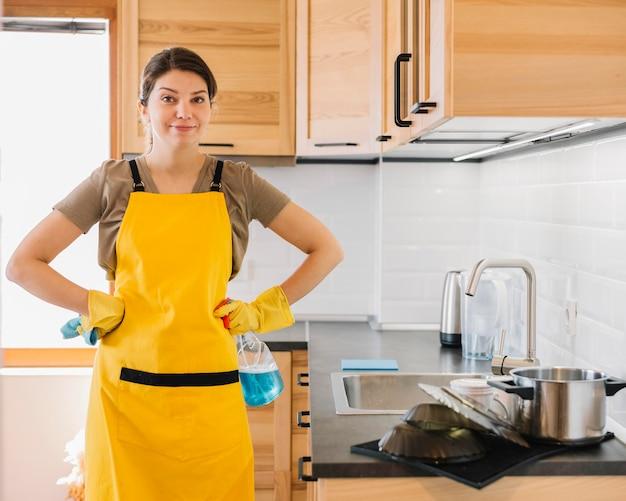 Vista frontal mulher vestindo avental