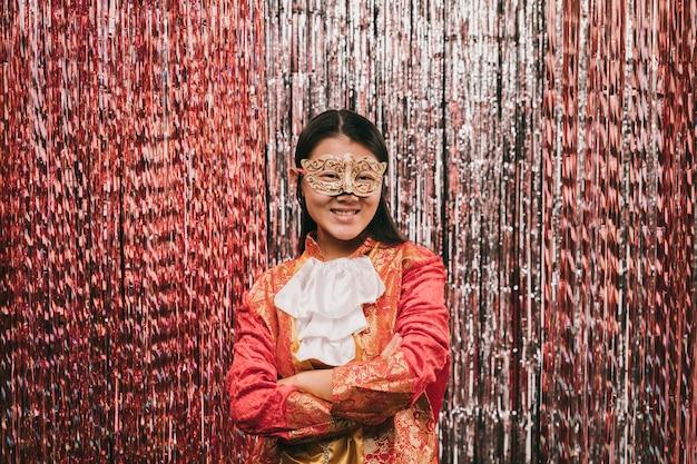 Vista frontal mulher vestindo fantasia para festa de carnaval