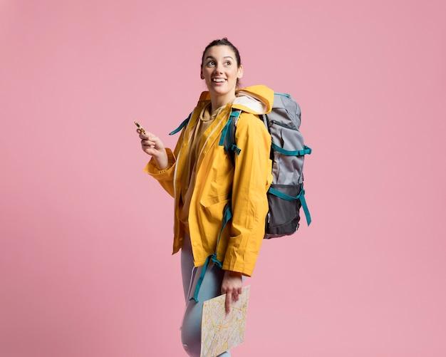 Vista frontal mulher viajante usando uma bússola