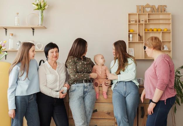 Vista frontal mulheres e criança dentro de casa
