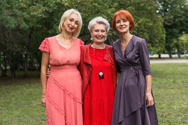 Vista frontal mulheres idosas juntas