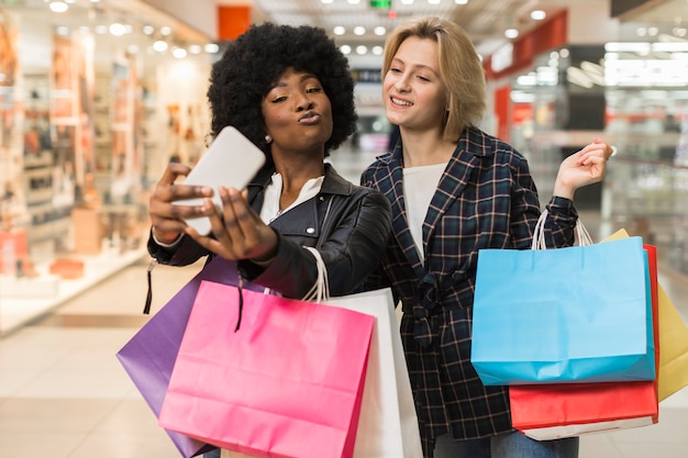 Vista frontal mulheres tomando uma selfie juntos