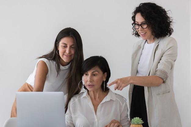 Vista frontal mulheres trabalhando juntas em um projeto