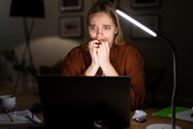 Vista frontal na mulher chocada trabalhando
