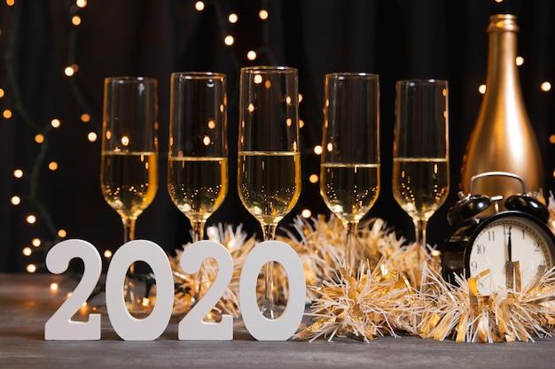 Vista frontal noite de ano novo com champagn