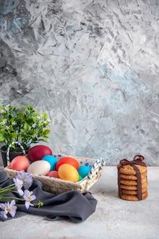 Vista frontal ovos de páscoa coloridos com caixa de design bonito na superfície branca conceito de grupo multiétnico cores primavera colorido ornamentado