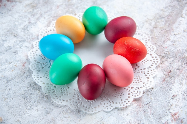 Vista frontal ovos de páscoa coloridos em fundo branco grupo multi coloridas cores ornamentadas de primavera