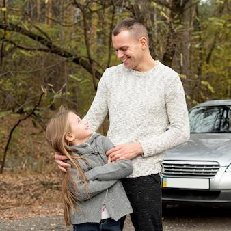 Vista frontal pai e filha olhando um ao outro
