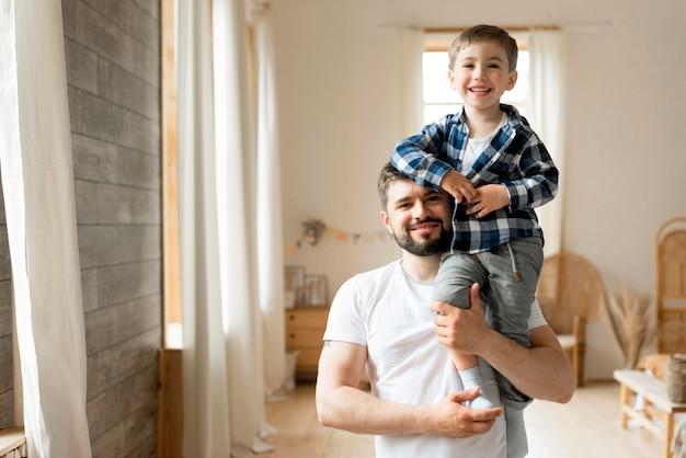 Vista frontal pai e filho sendo feliz
