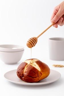 Vista frontal pão assado e mel