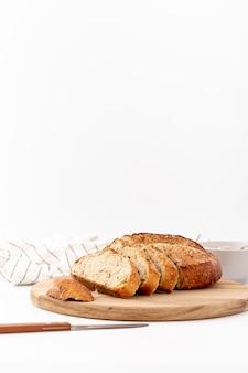 Vista frontal, pão assado na placa de madeira com espaço de cópia