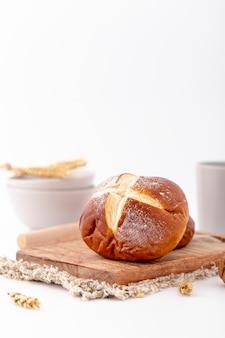 Vista frontal, pão assado na placa de madeira