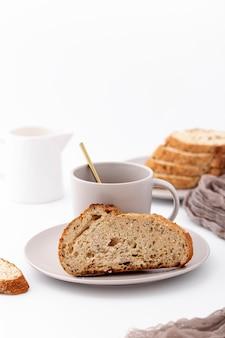 Vista frontal, pão cozido e café
