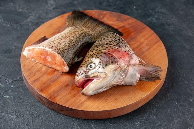 Vista frontal peixe fresco fatiado em fundo azul escuro refeição de frutos do mar oceano água carne do mar comida refeição salada de peixes