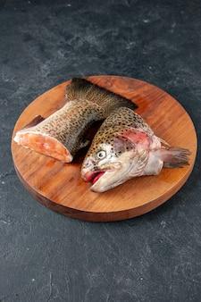 Vista frontal peixe fresco fatiado no fundo azul escuro refeição de frutos do mar oceano carne do mar comida refeição salada peixes aquáticos