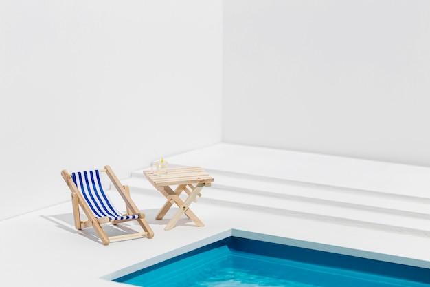 Vista frontal pequena disposição de itens de piscina