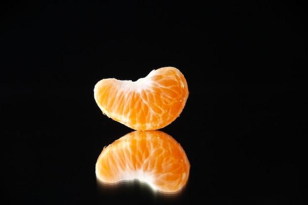 Vista frontal pequena fatia de tangerina na parede preta bebida árvore suco de frutas cítricas laranja escuro toranja