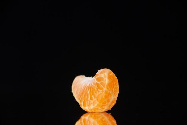 Vista frontal pequena fatia de tangerina na parede preta bebida árvore suco de frutas cítricas laranja toranja