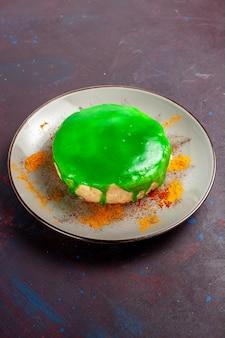 Vista frontal pequeno bolo delicioso com creme verde na mesa escura bolo açúcar biscoito torta doce chá