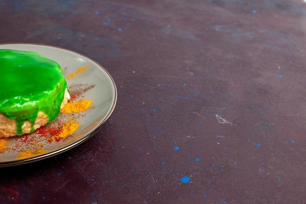 Vista frontal pequeno bolo delicioso com creme verde na parede escura bolo de açúcar biscoito torta doce biscoitos chá