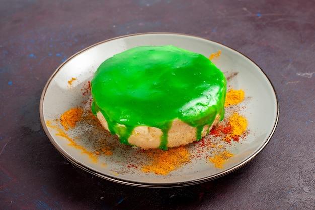 Vista frontal pequeno bolo delicioso com creme verde na superfície escura bolo açúcar biscoito torta doce biscoito chá