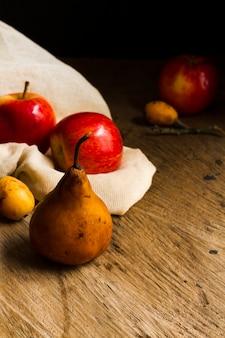 Vista frontal peras e maçãs