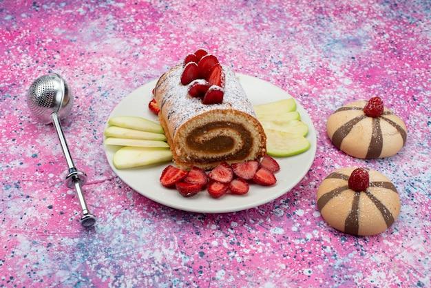 Vista frontal perto rolo fatias de bolo dentro de chapa branca com morangos na mesa colorida