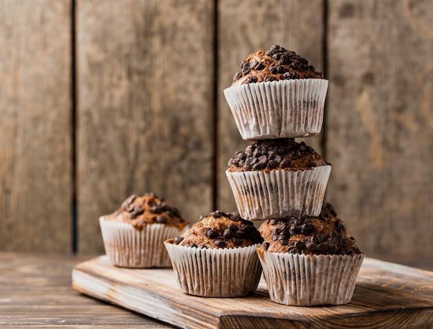 Vista frontal pilha de muffins de pepitas de chocolate