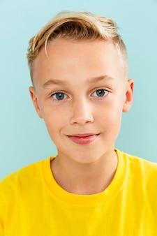 Vista frontal pose de retrato de menino