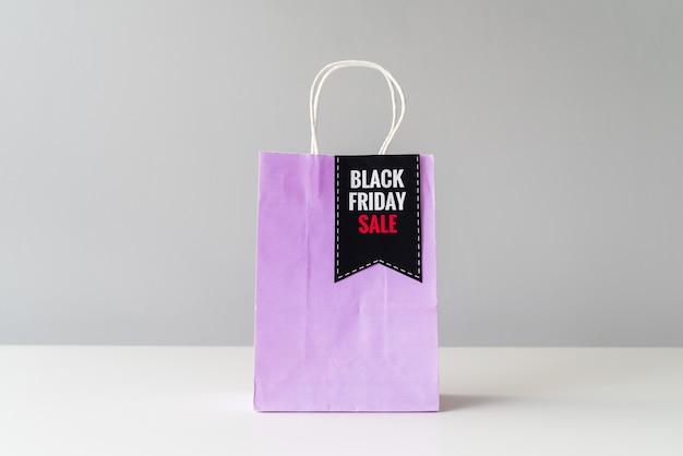 Vista frontal preto sexta-feira sacola de compras