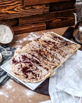 Vista frontal, qutabs, carne oriental, enchido, refeição, com, tempero marrom, chamado sumax, cima, dentro, branca, prato, chão marrom