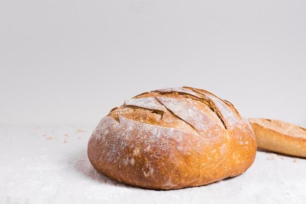Vista frontal redonda de pão cozido