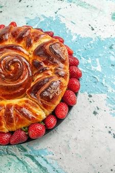 Vista frontal redonda deliciosa torta com morangos vermelhos frescos na superfície azul claro torta torta bolo doce biscoito doce