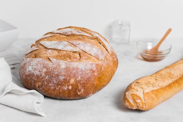 Vista frontal redonda pão e baguete francesa