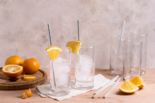 Vista frontal refrescante bebida na mesa