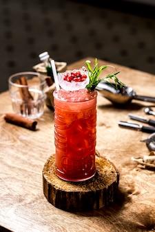Vista frontal refrescante limonada com romã e hortelã