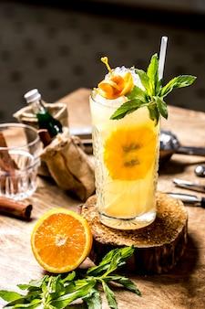 Vista frontal refrescante limonada com uma fatia de limão e hortelã