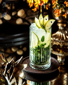 Vista frontal refrescante machito cocktail com fatias de limão e hortelã