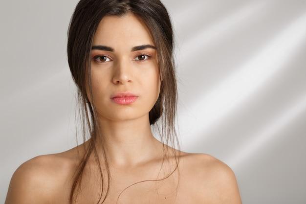 Vista frontal. retrato de uma jovem mulher bonita após spa.