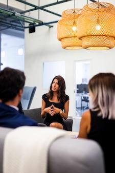 Vista frontal, reunião com colegas de trabalho no escritório